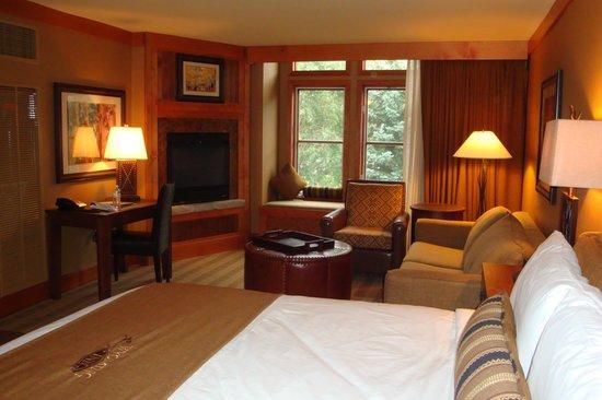 Wyoming Inn of Jackson Hole: Fireplace in corner