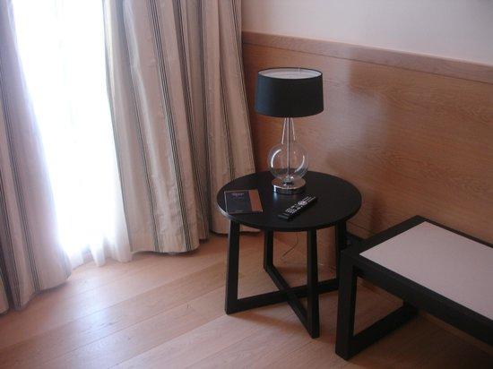 Gran Hotel Sardinero: Table and lamp