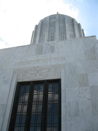 front entrance to Oregon State Capitol Building