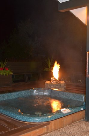 Good Medicine Lodge: Hot tub and fire pit.