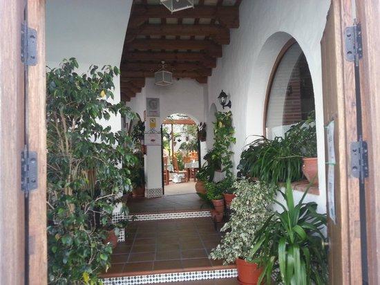 Hotel Restaurante Blanco y Verde: recepción,entrada por una de las calles.