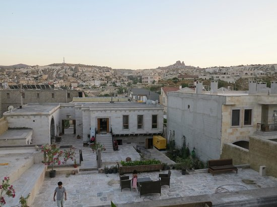 Ottoman Cave Suites: Hotel con sus terrazas visto desde la puerta de la habitación