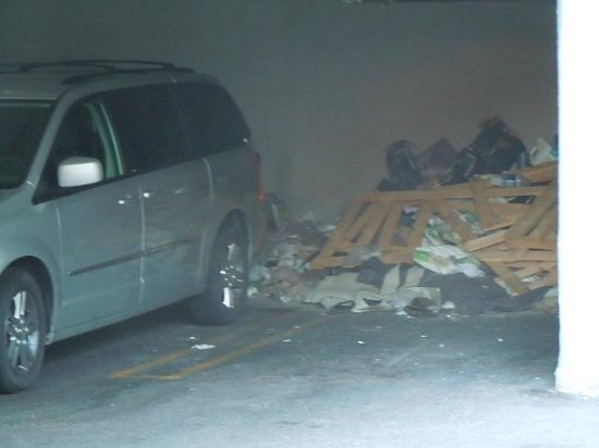 Americas Best Value Inn - Hollywood / Los Angeles: Parking area is a waste storage