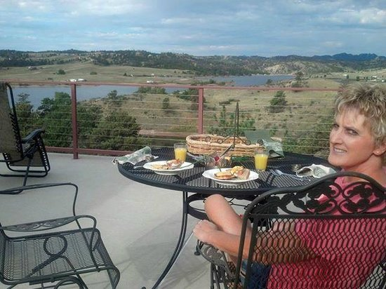 Windy Hills Guest House: Breakfast on the deck overlooking the lake