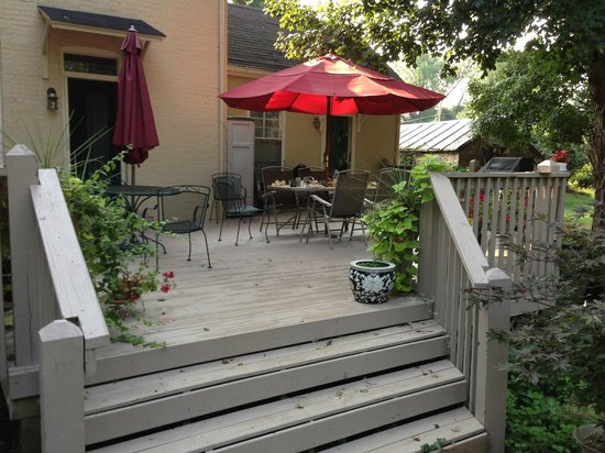 Red Rose Inn Bed and Breakfast: Breakfast on thre back deck