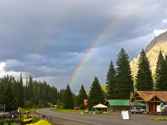 Pine Edge Cabins: Our view as we entered Silver Gate for the first time....