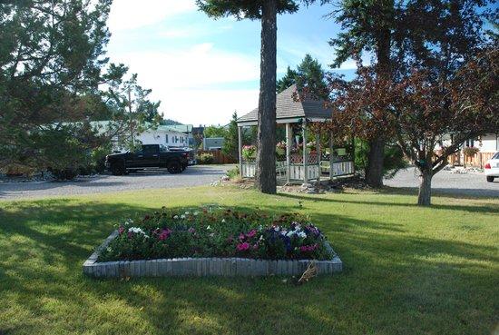 Piccadilly Motel: Inviting yard to enjoy.