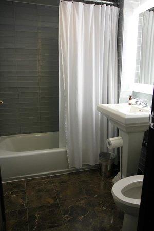Gild Hall, a Thompson Hotel: Bathroom
