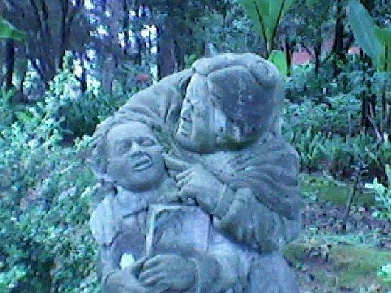 Na Bolom Cultural Centre: diego rivera con su abuela y al otro lado el mismo pero ahora divirtiéndose con dos damas