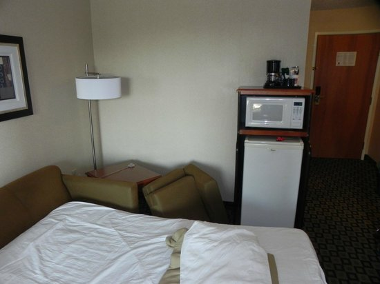 Comfort Suites Benton Harbor: Microwave and decent size fridge