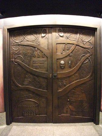 La magnifique porte de bronze photo de basilique for Porte quebec