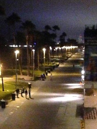 Venice Breeze Suites: Night view of boardwalk