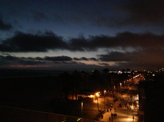 Venice Breeze Suites: Nighttime view from roof deck