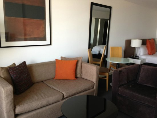 Adina Apartment Hotel Wollongong: Couch & dining table