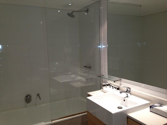Adina Apartment Hotel Wollongong: Bathtub & shower