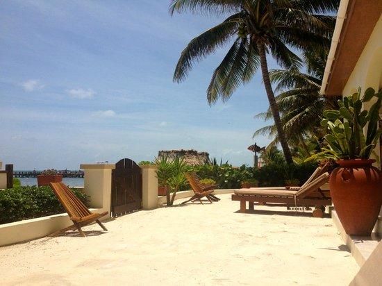 The Palms Oceanfront Suites: Patio area