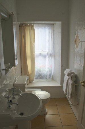 Virginia's Guesthouse Kenmare: Window in Bathroom