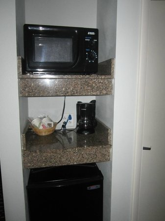 Comfort Suites Downtown: Microwave and small fridge in room