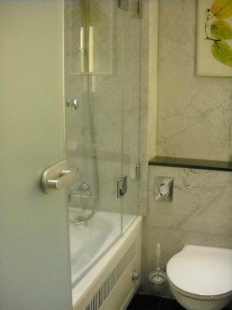 Steigenberger Hotel Berlin: great shower and bath