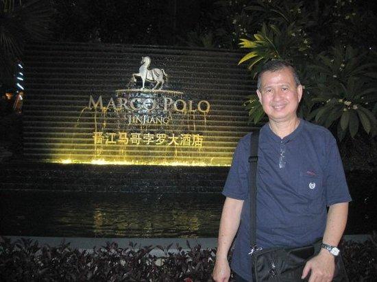 Marco Polo Jinjiang: Beside the hotel's fountain area