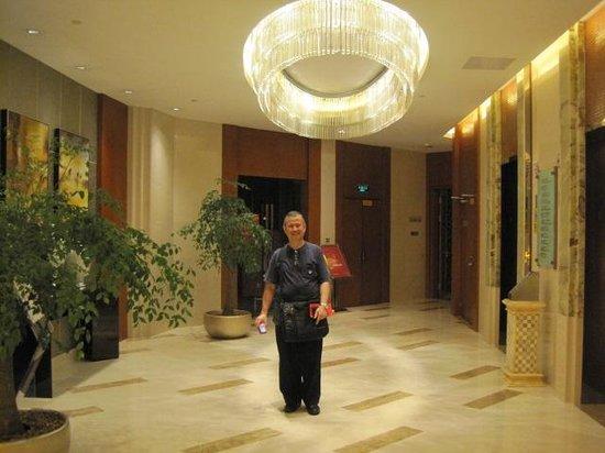 Marco Polo Jinjiang: Beside the hotel's elevators