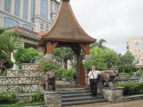 Marco Polo Jinjiang: Outside the hotel