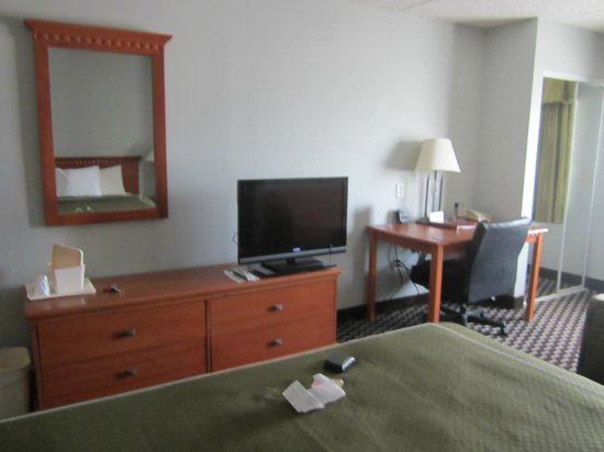 Comfort Suites Downtown : TV and dresser in room