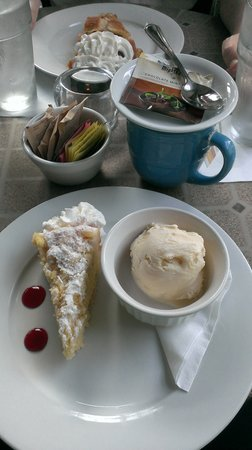 East Bay Meeting House Bar & Cafe: Dessert!