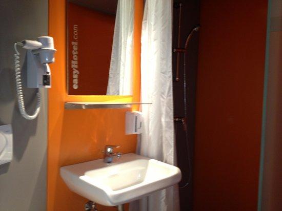 easyHotel Zurich: Sink area