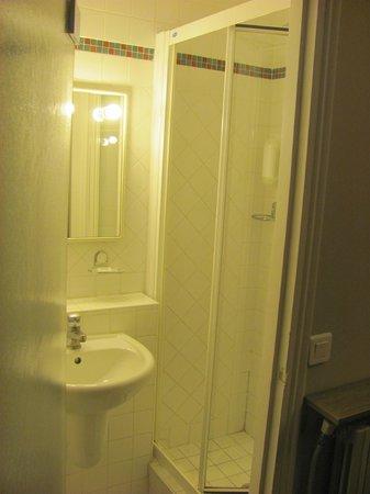Hotel Saint Pierre: Baño pequeño - Limpieza excelente