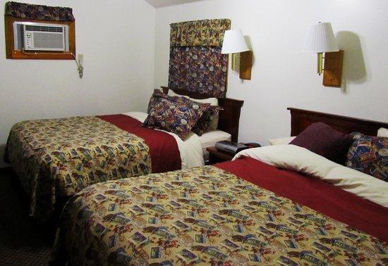 Buffalo Bill Cabin Village: Back bedroom