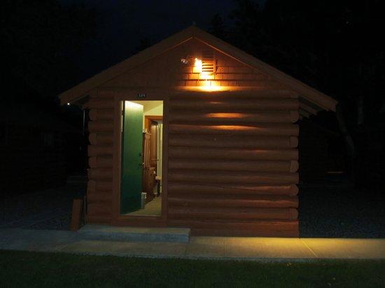 Buffalo Bill Cabin Village: Cabin at night