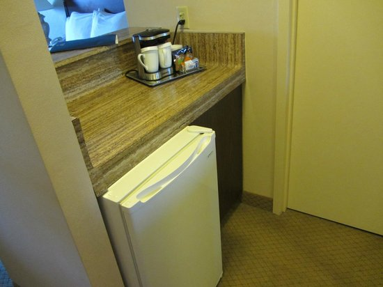 Holiday Inn Milwaukee Riverfront: Refrigerator with counter space