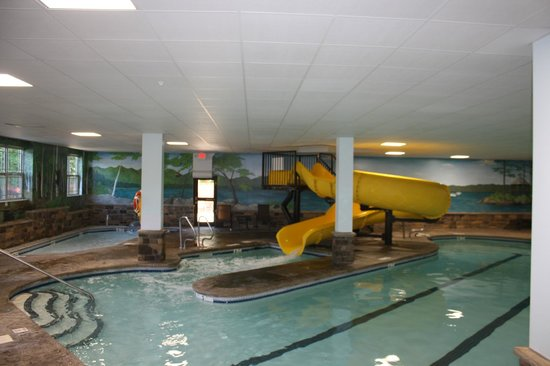 Comfort Suites Lake George : Large pool with waterslide