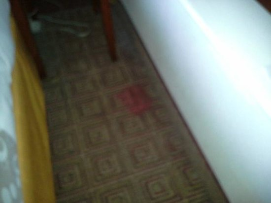 La Quinta Inn & Suites New Haven: stain on carpet beside the bed