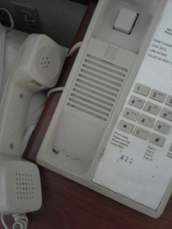 La Quinta Inn & Suites New Haven : disgustingly dirty phone with ashes in the cradle