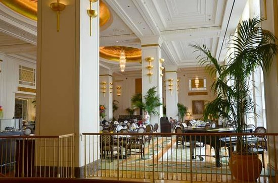 The Lobby at the Peninsula Hotel: Lovely large, light airy lobby to be in
