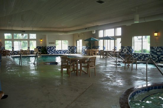 Country Inn & Suites By Carlson, Portage: Large pool and hot tub