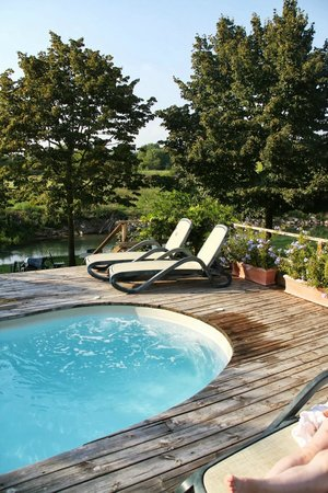 Musella Winery & Country Relais: Beautiful pool right by the river
