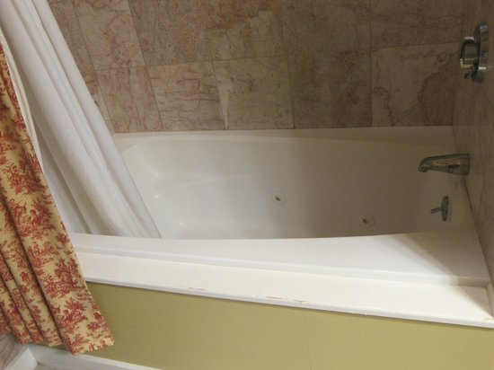 Lambert's Cove Inn: Photo of tub - since I couldn't find a good one on their website