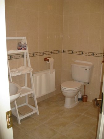 Beechfield House: Bathroom for twin bedroom