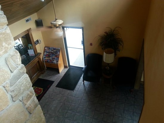 Super 8 Higginsville: Looking down into lobby with front desk at left