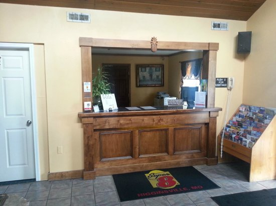 Super 8 Higginsville: Front desk