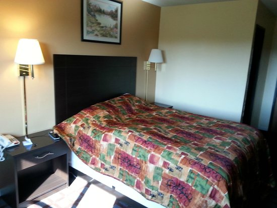 Super 8 Higginsville: Queen bed