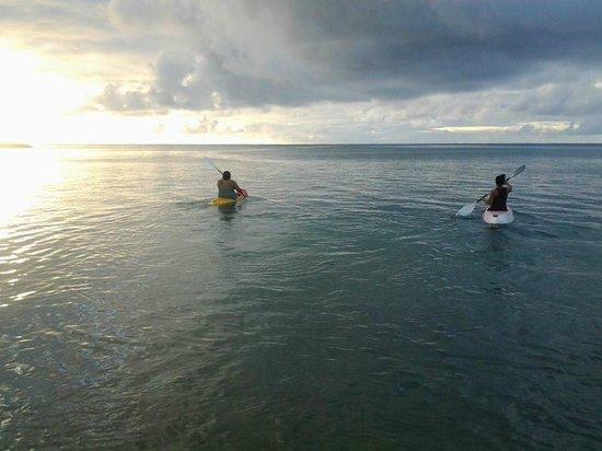 Le Uaina Beach Resort: kayaking on the beach