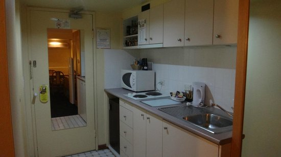 Capital Executive Apartment Hotel Canberra: Kitchen area