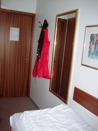 Hotel Cabin: Garderobe und Spiegel