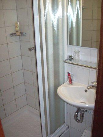 Hotel Cabin: Dusche und Waschbecken