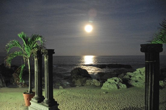Quinta Maria Cortez : Full moon as seen from the Guadalupe Suite