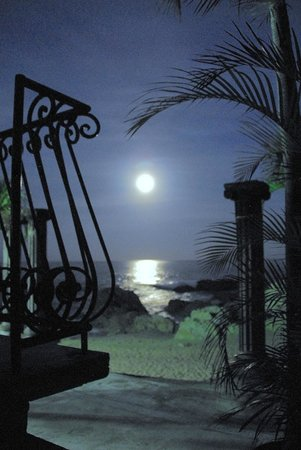Quinta Maria Cortez: Full moon as seen from the Guadalupe Suite